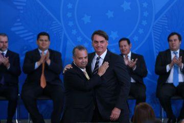 O presidente Jair Bolsonaro dá posse ao novo ministro do Desenvolvimento Regional, Rogério Marinho